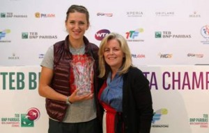 WTA Chairman and CEO Stacey Allaster presents Victoria Azarenka with the Diamond ACES Award (Photo by Getty Images)