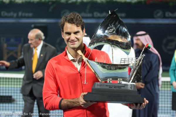 Federer with trophy 2