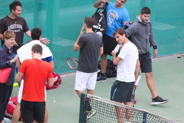 221 Dubai Bedych Djokovic Federer on practice court2