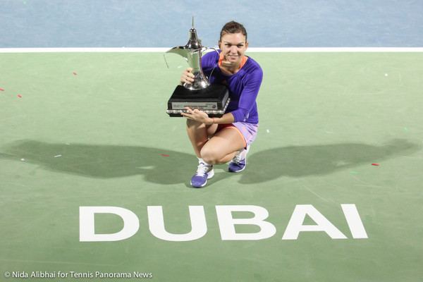 221 Dubai Halep with trophy in from of Dubai on court-001