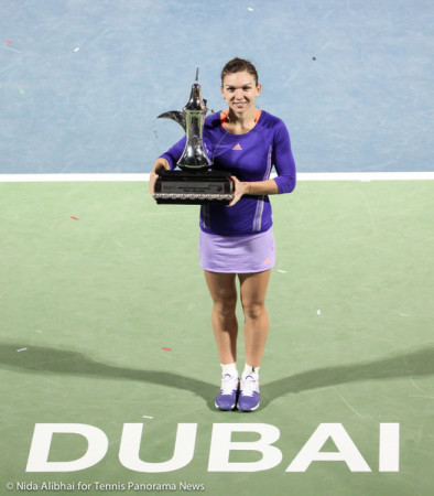 221 Dubai Halep with trophy in from of Dubai on court 2-001